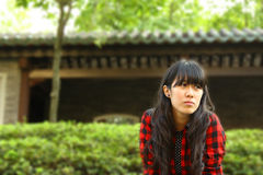 Een Aziatisch meisje dat wacht Stock Afbeeldingen