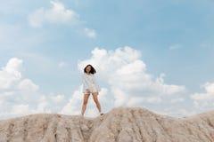 Een Aziatisch meisje met wit kostuum Stock Fotografie