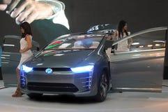 Een Aziatisch Model stelt met Perodua Bezza Stock Afbeeldingen