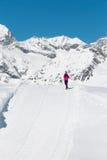 Een Aziatische jonge vrouw die op de sneeuwberg reizen Stock Foto's