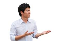 Een Aziatische mens heft zijn handen als huidig product op stock fotografie