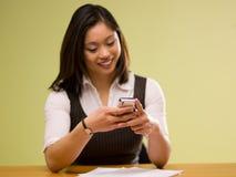 Een Aziatische vrouw die rekeningen online betaalt Stock Fotografie