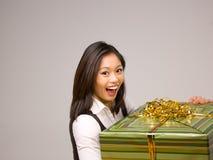 Een Aziatische vrouw en een gift Stock Afbeeldingen