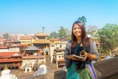 Een Aziatische vrouwentoerist bezocht de Pashupatinath-Tempel is een beroemde werelderfenis royalty-vrije stock foto's