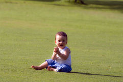 Een baby in het gras Stock Afbeelding