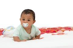 Een baby met uitsteeksel in zijn mond Stock Foto