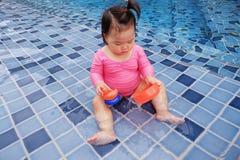 Een baby in roze zwempak royalty-vrije stock afbeelding