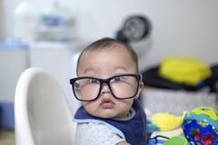 Een babyjongen draagt een paar oogglazen Stock Afbeeldingen