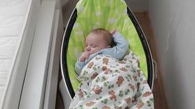 Een babyslaap in een wieg stock video