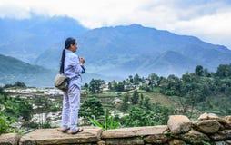 Een backpackertoerist die zich op berg bevinden stock fotografie