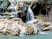 Een badende vrouw bij het saturniakuuroord stock foto