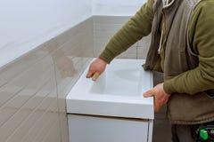 Een badkamers remodelleert tegen de ijdelheidskabinetten van de kraanbadkamers aan voltooiing stock afbeelding