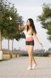 Een badminton speelmeisje Stock Afbeeldingen