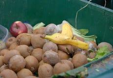 Een bak met afval met voedselafval bij de markt royalty-vrije stock fotografie