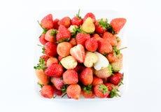 Een bakje van aardbeien op witte achtergrond royalty-vrije stock afbeeldingen