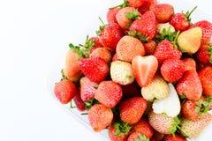 Een bakje van aardbeien op witte achtergrond royalty-vrije stock fotografie