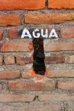 Een Bakstenen muur met Agua die op het wordt geschreven Stock Foto's