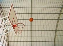Een bal die naar basketbalhoepel gaat Royalty-vrije Stock Fotografie