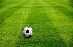 Een bal op Voetbalgebied Stock Foto