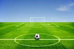 Een bal op Voetbalgebied Stock Afbeeldingen