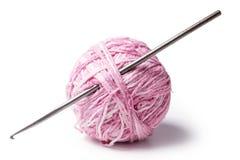 Een bal van garen met crochet royalty-vrije stock fotografie