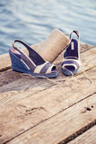 Een bal van garen rond vrouwensandals, schoenen in openlucht stock fotografie