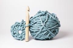 Een bal van dikke wol met en speciale houten naald. Royalty-vrije Stock Afbeeldingen