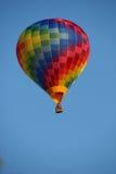 Een ballon vliegt Stock Afbeeldingen