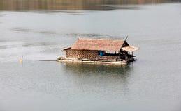 Een bamboehut drijft op de rivier Royalty-vrije Stock Afbeeldingen