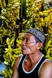 Een bananenverkoper bij traditionele markt royalty-vrije stock foto's