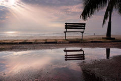 Een bank bij een strand Stock Fotografie