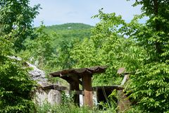 Een bank in de bergen voor vermoeide wandelaars aan rust stock afbeelding