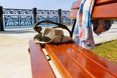 Een bank door het overzees De stad van de waterkant van Sudak crimea stock afbeelding