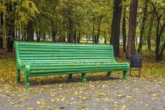 Een bank in het park in de herfst Stock Foto's