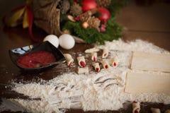 Een banketbakkers` s bureau die eigengemaakte koekjes maken voor Kerstmis Royalty-vrije Stock Afbeeldingen