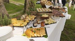 Een banketlijst van voedsel royalty-vrije stock afbeelding