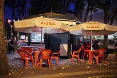 Een bar met roomijs, woestijn met lijsten en stoelen, op een autum stock foto's