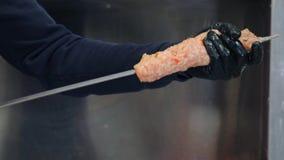 Een barbequeer vult rundvlees of varkensvleesvlees op een vleespen Treft voor het koken van vlees voorbereidingen stock videobeelden