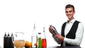 Een barkeeper die een capaciteit voor cocktails schoonmaken die, op een witte achtergrond wordt geïsoleerd Barman achter een bart royalty-vrije stock foto's