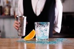 Een barman bereidt een Blauwe Lagune voor coctail royalty-vrije stock afbeeldingen