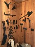 Een barnwall met geassorteerde antieke houten werkende hulpmiddelen stock fotografie