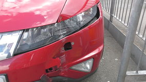 Een barst in de bumper De voorzijde van de auto stock video