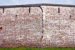 Een barst in de oude muren van het klooster kirillo-Belozersky Stock Foto