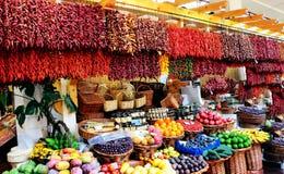 Een bazaar met droog peper en fruit stock fotografie