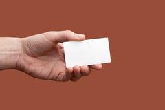 Een be*zoeken-kaart is in een hand Stock Foto's