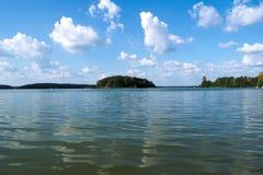 Een beautyful mening van het meer en het eiland Stock Afbeelding