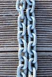 Een Bebouwd Close-upbeeld van een Verbonden Ketting Metaalketting over Houten Achtergrond stock foto