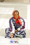 Een bedelaarsvrouw die op een voetstraat in Prilep, Macedonië bedelen. Royalty-vrije Stock Afbeelding