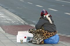 Een Bedelende Vrouw op een Straat in Stockholm Royalty-vrije Stock Foto