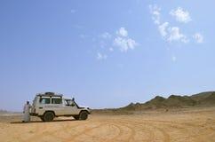 Een bedouin en toeristenauto stock foto's
